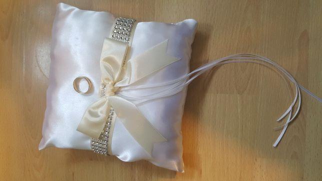 Poduszka na obrączki biała atłasowa z wstążkami