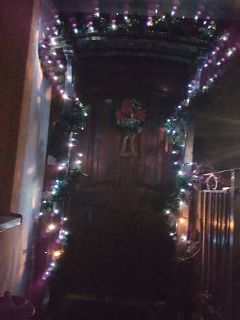 Stojak na girlandę bożonarodzeniowy na schodach  na podest