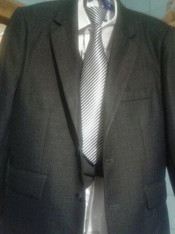 Продам школьный костюм на мальчика тройку и галстук