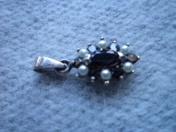 Zawieszka srebrna z onyksami i perełkami