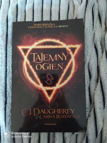 Tajemny ogień C.J.Daugherty