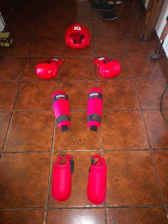 Luvas de box/caneleiras com pés, capacete marca kohler,