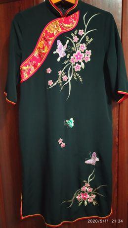 Плаття з чорного шовку  з дуже красивою вишивкою . Розм. 48-50