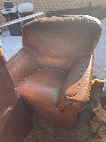 Sofa, dwa fotele skóra, drzwi, regał