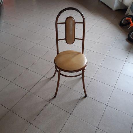 Cadeiras e bancos.
