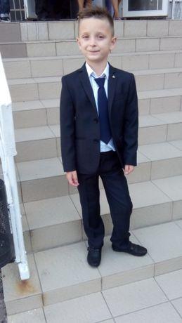 Школьная форма на мальчика- костюм+ рубашка в подарок (рост 122 см)