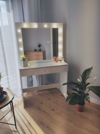 Toaletka z lustrem i oświetleniem