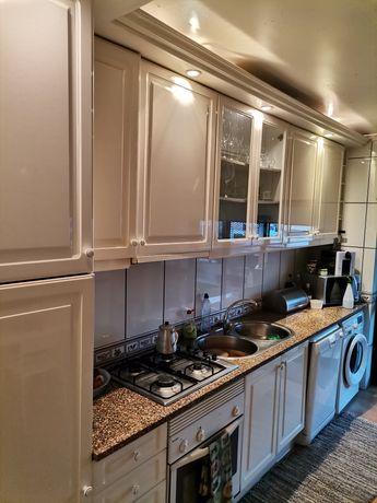 Conjunto de móveis de cozinha e eletrodomésticos