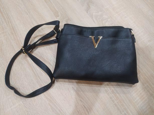 Czarna torebka z przegródkami