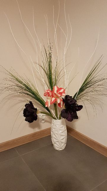 Wazon ceramiczny biały + kwiaty + trawa dekoracja sztuczna Agata Meble