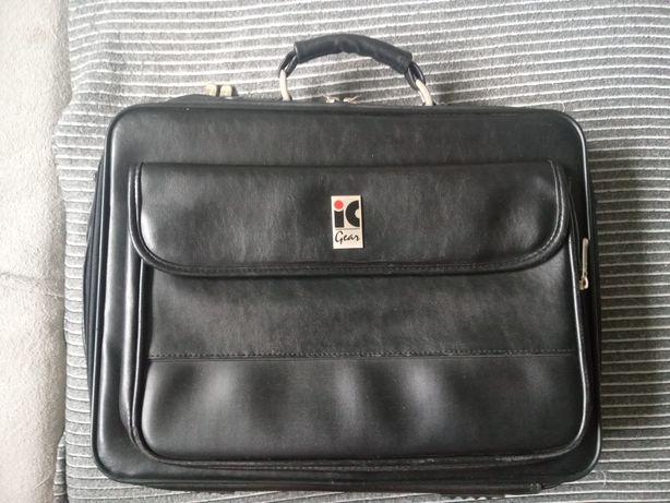 Czarna teczka aktówka walizka na laptopa dokumenty