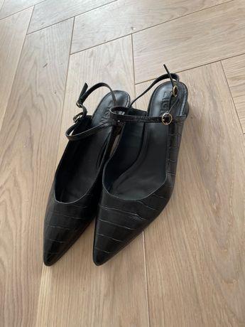 Czarne buty ze szpicem rozm. 39