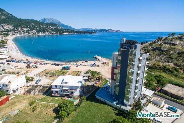 Отель на берегу моря со своим пляжем в Черногории