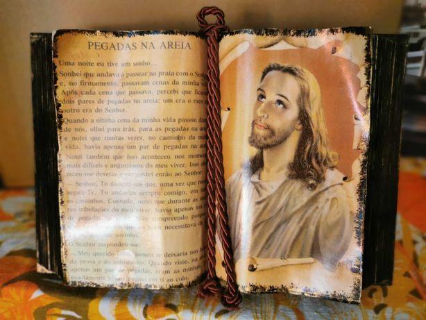 Livro em madeira feito à mão de jesus com excerto