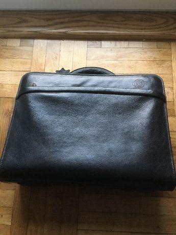 Sprzedam torbę na laptopa ze skóry.