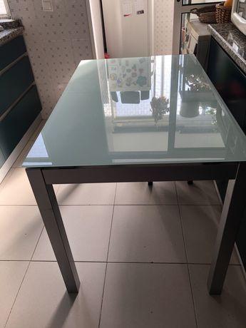 Mesa extensivel de cozinha com tampo em vidro