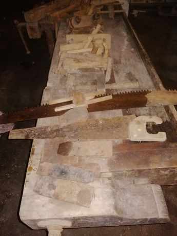 Stół drewniany stolarski - zabytkowy z kompletem narzędzi