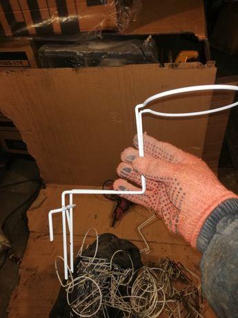 Крючок (подставка) под шапки металлическая. Подходит для любых сеток