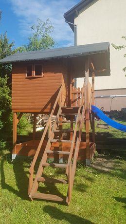 Drewniany domek ze zjeżdżalnią