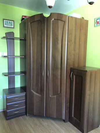 Regał brązowy narożny idealny do małego pokoju