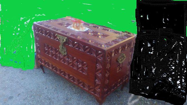 À venda, magnifica arca em madeira nobre (umbila) talhada à mão.