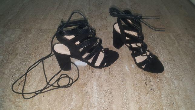 Nowe sznurowane sandały na obcasie 37