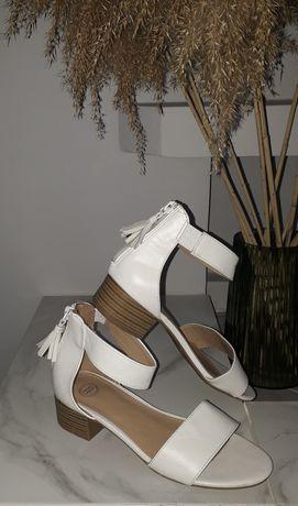 Белые  босоножки  женские на небольшом каблуке
