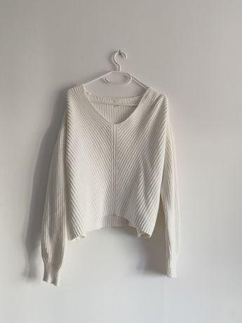 Biały sweter oversize H&M w serek warkocz przeplatany