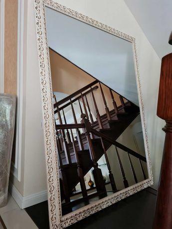 Велике настінне дзеркало в класичному стилі