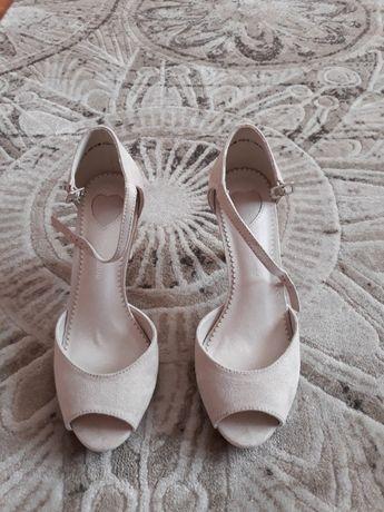 60Nowe buty