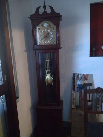 Relógio de sala de pé alto antigo. Em muito bom estado como novo.