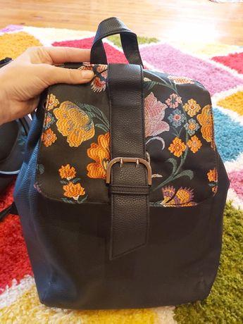 Кожаний рюкзак с принтом цветов