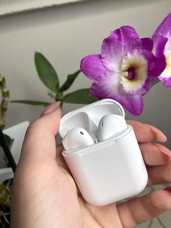 białe słuchawki bezprzewodowe bluetooth inPods 12 air pods