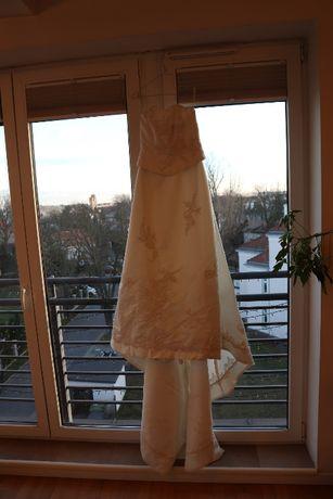 Suknia ślubna z odciętym gorsem, aplikacje z koralików, z tyłu tren