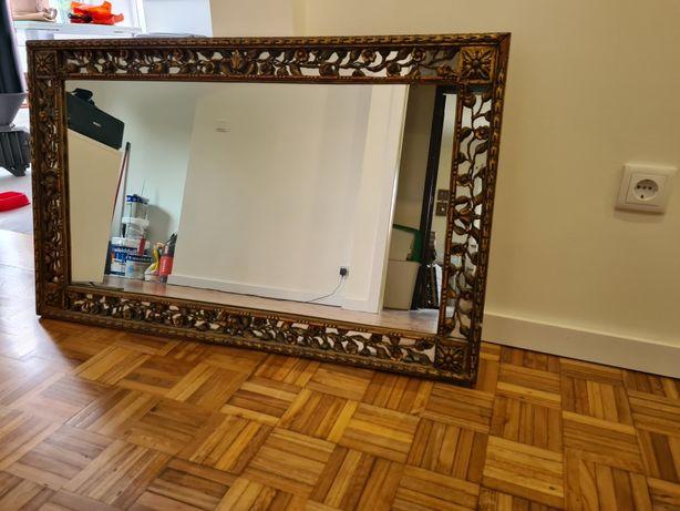 Espelho com talha dourada