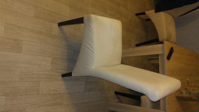 Krzesła z obiciem z materiału