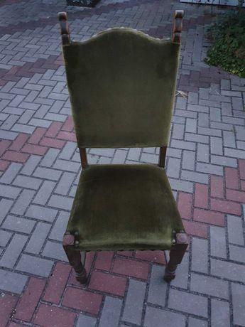 Drewniane krzesła.