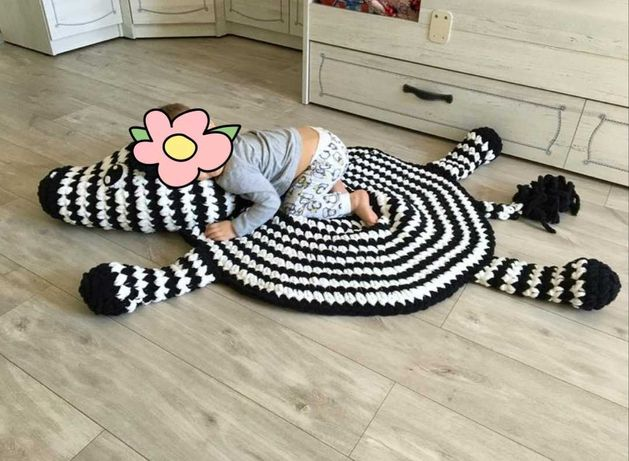 Детский вязаный коврик зебра. Коврик игрушка.