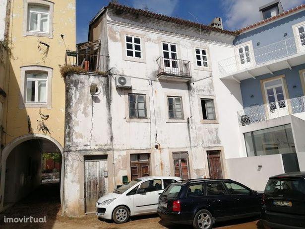 Prédio para recuperar, na Baixa de Coimbra