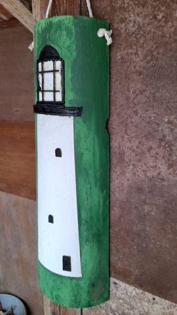 Farol ilaborado em telha.
