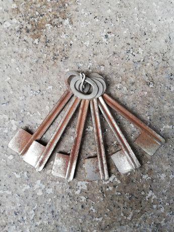 klucz z okresu PRLu antyk