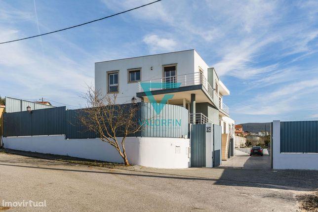 Moradia individual T4 na Redinha de arquitectura moderna.