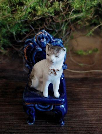Figurka porcelanowa vintage kot na krześle