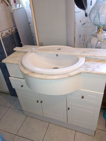 Lavatório e móvel de casa de banho com tampo em mármore.