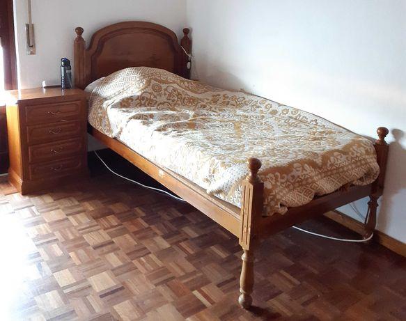 Cama de solteiro e mesa de cabeceira. Em madeira maciça de castanho.