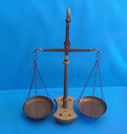 Balança de pratos, em latão com 2 braços base sem pesos.  Med: 31 cm a