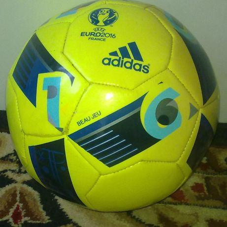 Piłka Adidas.