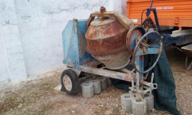 Betoneira trifásica com balde e carril
