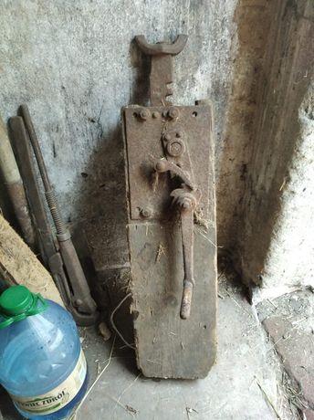 Podnosnik kolejowy do szyn z drewniana stopą