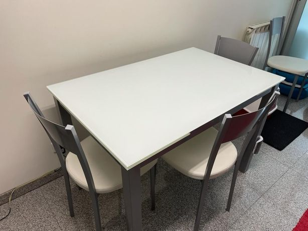 Mesa de vidro extensível com 4 cadeiras